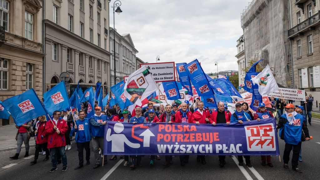 People attend the anti-government demonstration of polish trade unions calling for higher wages, in Warsaw, Poland on September 22, 2018.  / AFP PHOTO / Wojtek RADWANSKI