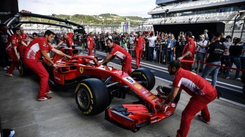 Fans look at the car of Ferrari's German driver Sebastian Vettel at the Sochi Autodrom circuit in Sochi on September 27, 2018, ahead of the Formula One Russian Grand Prix. / AFP PHOTO / Alexander NEMENOV