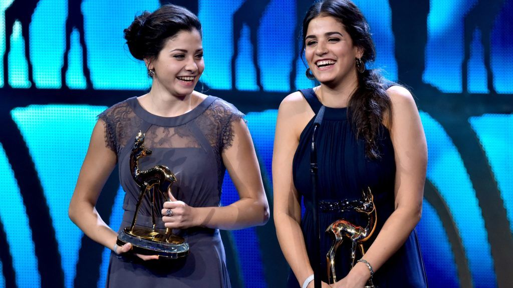 Syrian refugees and swimmers Yusra and Sarah Mardini receive the Bambi award on November 17, 2016 in Berlin.  The Bambis are the main German media awards.  / AFP PHOTO / dpa / Clemens Bilan / Germany OUT
