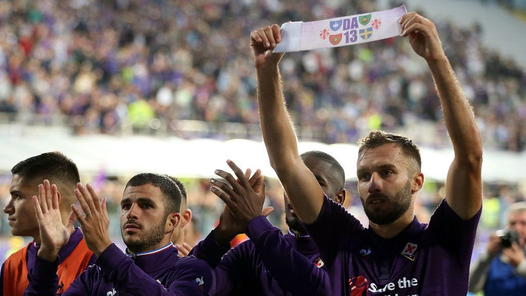 FLORENCE, ITALY - SEPTEMBER 02: German Pezzella of ACF Fiorentina greets fans during the serie A match between ACF Fiorentina and Udinese at Stadio Artemio Franchi on September 2, 2018 in Florence, Italy.  (Photo by Gabriele Maltinti/Getty Images)
