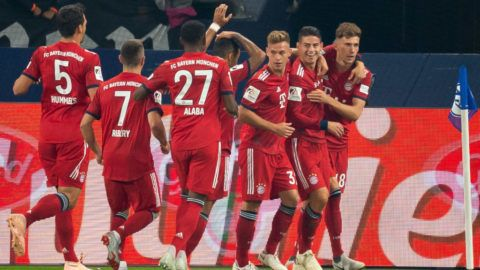 GELSENKIRCHEN, GERMANY - SEPTEMBER 22: James Rodriguez of Bayern Muenchen celebrates after scoring his team`s first goal with team mates during the Bundesliga match between FC Schalke 04 and FC Bayern Muenchen at Veltins-Arena on September 22, 2018 in Gelsenkirchen, Germany. (Photo by TF-Images/Getty Images)