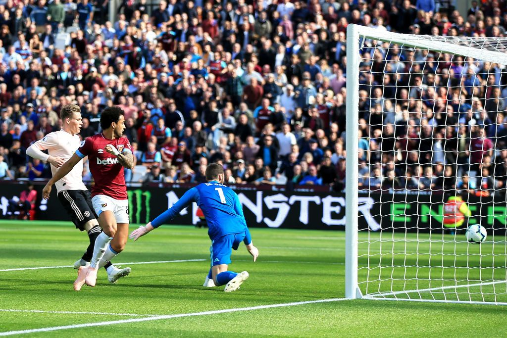 LONDON, ENGLAND - SEPTEMBER 29:  Felipe Anderson of West Ham United scores the opening goal pass David De Gea of Manchester United  during the Premier League match between West Ham United and Manchester United at London Stadium on September 29, 2018 in London, United Kingdom.  (Photo by Marc Atkins/Getty Images)