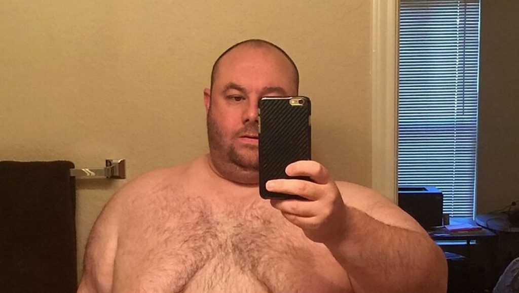 Stephen Ringo , now 38, when he weighed an incredible 29st (419lbs). Mr.Ringo claims his ballooning weight left him unable to have sex - costing him his marriage and inspiring him to lose a staggering 16 STONE.  September 25 2018.  See story NYWAIST . A 29st (412lbs) man whose waist was almost as wide as he was tall said his weight caused the breakdown of his marriage - because he was too large for sex. Stephen Ringo, 38, blames his struggle with obesity for ruining his relationship, but says the split from his wife led to him losing an incredible 16st. The software engineer was once a super-fit power lifter in high school and college but quit the sport after tying the knot in 2005. Over the course of a decade, Stephen's love of lunchtime Big Macs and greasy pizza suppers saw his waist expand to 60ins, just seven inches less than his 5ft 7ins frame. ***EXCLUSIVE***