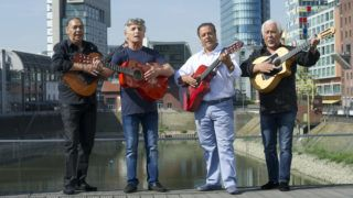 The GIPSY KINGS pose with their guitars for a photo shoot in the Duesseldorfer Medienhafen, from left: Canut REYES, Patchai REYES, Chico BOUCHIKHI and Paul REYES, on the occasion of their concert tour in six German cities, which they play 30 years after their founding, Â | usage worldwide