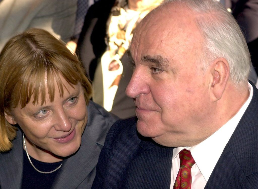 """Berlin: Former Federal Chancellor Helmut Kohl and CDU Chairwoman Angela Merkel are talking on 27.09.2000 in Berlin before the beginning of the congress of the Konrad Adenauer Foundation """"Europe and German Unity"""". The two-day conference in the Berlin Trane Palace will be held on the occasion of the 10th anniversary of reunification. (BER08-270900) 