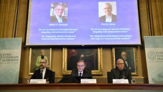 (L-R) Per Stroemberg, Goeran K Hansson and Per Krusell announce the laureates of the Nobel Prize in Economics during a press conference at The Royal Swedish Academy of Sciences in Stockholm on October 8, 2018.  The Nobel Prize for Economic sciences 2018 was awarded US economists Paul M Romer and William D Nordhaus. / AFP PHOTO / TT News Agency / Henrik MONTGOMERY / Sweden OUT