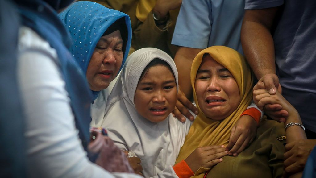 Family members of the crashed Indonesian Lion Air JT-610 react at Pangkal Pinang airport, in Bangka Belitung province on October 29, 2018. - An Indonesian Lion Air plane carrying 188 passengers and crew crashed into the sea on October 29, 2018, officials said, moments after it had asked to be allowed to return to Jakarta. (Photo by HADI SUTRISNO / AFP)