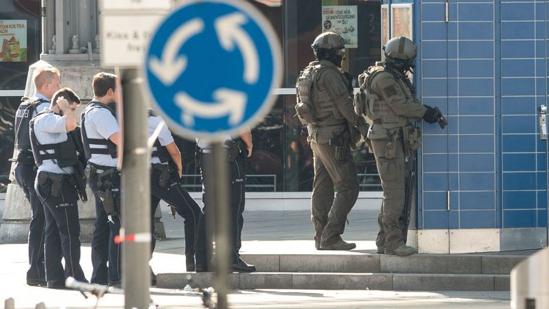 15 October 2018, North Rhine-Westphalia, Cologne: Police officers have taken up position in front of Cologne Central Station. There has been a hostage situation in a pharmacy at Cologne Central Station. The task forces are at the scene with strong forces. Photo: Marius Becker/dpa