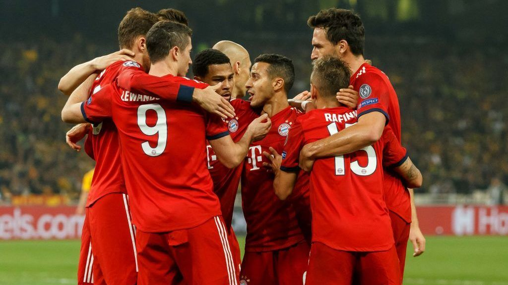 ATHENS, GREECE - OCTOBER 23: Robert Lewandowski of Bayern Muenchen celebrates after scoring his team`s second goal with team mates during the UEFA Champions League Group E match between AEK Athens and FC Bayern Muenchen at Athens Olympic Stadium on October 23, 2018 in Athens, Greece. (Photo by TF-Images/Getty Images)