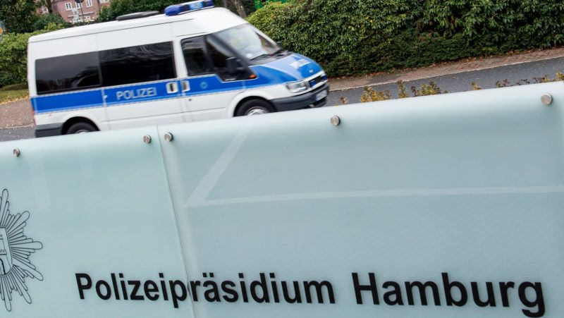 """09 November 2018, Hamburg: A police vehicle drives on the premises of the Presidium of Police. In a raid against drug and rocker crime, Hamburg police seized more than 1000 kilos of cocaine. (to dpa """"More than a ton of cocaine on truck - Hell-Angels boss arrested"""") Photo: Daniel Bockwoldt/dpa"""