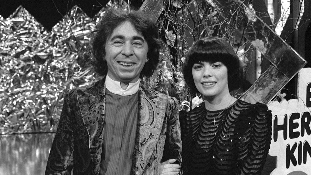 """Mireille Mathieu and composer Francis Lai on the 11th of October in 1983 in Hof at the """"Super-Hitparade"""" at ZDF. Photo: Eva von Maydell +++(c) dpa - Report+++null"""