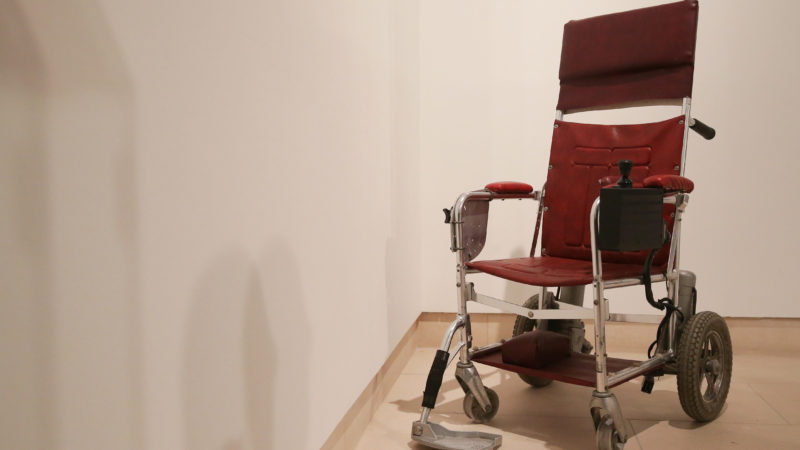 A picture shows a motorised wheelchair, c.1988, that belonged to late British theoretical physicist Stephen Hawking with an estimated price of £10,000-£15,000 GBP during a photocall for the sale of personal items from Hawking's estate at Christie's auction house in London on October 30, 2018. (Photo by Daniel LEAL-OLIVAS / AFP)