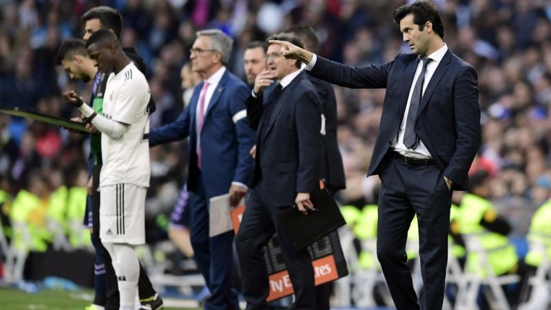 Real Madrid's Argentinian coach Santiago Solari (R) points his finger as Real Madrid's Brazilian forward Vinicius Junior (L) prepares to take the field during the Spanish league football match between Real Madrid CF and Real Valladolid FC at the Santiago Bernabeu stadium in Madrid on November 3, 2018. (Photo by JAVIER SORIANO / AFP)