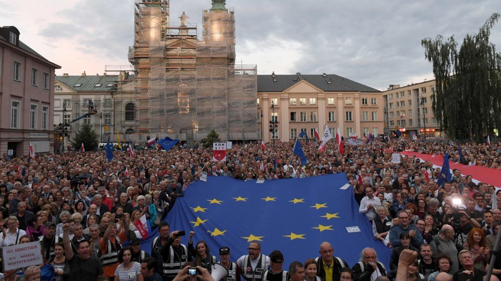 (FILES) In this file photo taken on July 03, 2018 people demonstrate in support of the Supreme Court judges in front of the Supreme Court building in Warsaw, Poland. - Poland's governing party on November 21, 2018 proposed draft legislation reversing a disputed Supreme Court retirement law, bowing to a ruling from the EU's top court, which had raised fears of a threat to judicial independence. (Photo by JANEK SKARZYNSKI / AFP)