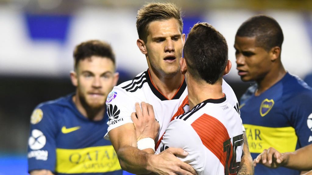 BUENOS AIRES, ARGENTINA - SEPTEMBER 23: Rafael Santos Borre argues with Nahitan Nandez of Boca Juniors as Bruno Zuculini contains him after the match between Boca Juniors and River Plate as part of Superliga 2018/19 at Estadio Alberto J. Armando on September 23, 2018 in Buenos Aires, Argentina. (Photo by Amilcar Orfali/Getty Images)