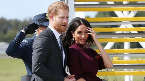 SYDNEY, AUSTRALIA - OCTOBER 28:  Prince Harry, Duke of Sussex and Meghan, Duchess of Sussex depart Sydney Airport on October 28, 2018 in Sydney, Australia. The Duke and Duchess of Sussex are on their official 16-day Autumn tour visiting cities in Australia, Fiji, Tonga and New Zealand.  (Photo by Lisa Maree Williams/Getty Images)