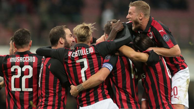 MILAN, ITALY - OCTOBER 31:  Alessio Romagnoli of AC Milan celebrates his goal with his team-mates during the serie A match between AC Milan and Genoa CFC at Stadio Giuseppe Meazza on October 31, 2018 in Milan, Italy.  (Photo by Emilio Andreoli/Getty Images)