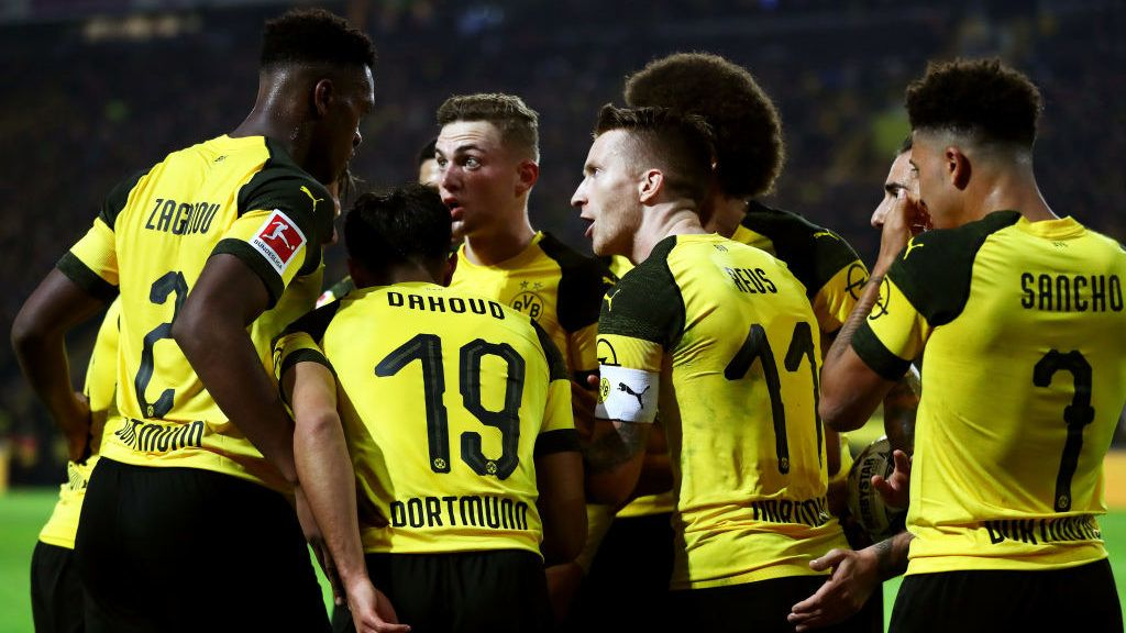 DORTMUND, GERMANY - NOVEMBER 10:  Marco Reus of Borussia Dortmund celebrates with teammates after scoring his team's second goal during the Bundesliga match between Borussia Dortmund and FC Bayern Muenchen at Signal Iduna Park on November 10, 2018 in Dortmund, Germany.  (Photo by Dean Mouhtaropoulos/Bongarts/Getty Images)