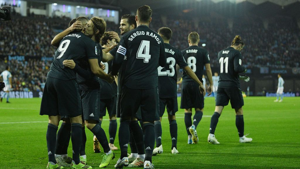 VIGO, SPAIN - NOVEMBER 11: Karim Benzema of Real Madrid celebrate with team mates after scores the first goal during the La Liga match between RC Celta de Vigo and Real Madrid CF at Abanca-Balaidos on November 11, 2018 in Vigo, Spain. (Photo by Octavio Passos/Getty Images)