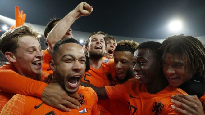 (L-R) Frenkie de Jong of Holland, Virgil van Dijk of Holland, Memphis Depay of Holland, Daley Blind of Holland, Marten de Roon of Holland, Tonny Vilhena of Holland, Quincy Promes of Holland, Nathan Ake of Holland during the UEFA Nations League A group 1 qualifying match between The Netherlands and France at stadium De Kuip on November 16, 2018 in Rotterdam, The Netherlands(Photo by VI Images via Getty Images)