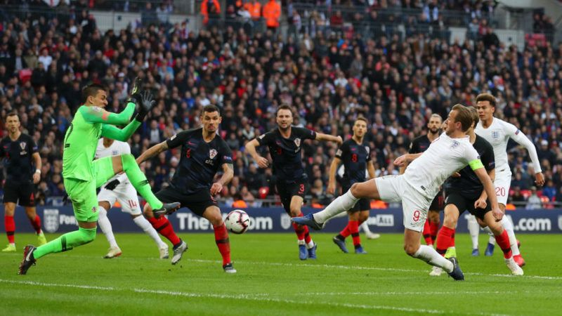 LONDON, ENGLAND - NOVEMBER 18:  Harry Kane of England provides an assist for Jesse Lingard of England who then scores their team's first goal during the UEFA Nations League A group four match between England and Croatia at Wembley Stadium on November 18, 2018 in London, United Kingdom.  (Photo by Catherine Ivill/Getty Images)