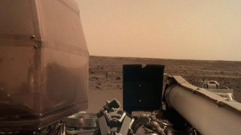 """This handout image released by NASA/JPL-Caltech on November 26, 2018 and acquired by NASA's InSight Mars lander using its robotic arm-mounted, Instrument Deployment Camera (IDC) shows a view from NASA's InSight lander after it touched down on the surface of Mars. - NASA's USD 993 million Mars InSight lander successfully touched down on the Red Planet to listen for quakes and study how rocky planets formed, the US space agency said. (Photo by HO / NASA/JPL-CALTECH / AFP) / RESTRICTED TO EDITORIAL USE - MANDATORY CREDIT """"AFP PHOTO / NASA/JPL-Caltech- NO MARKETING NO ADVERTISING CAMPAIGNS - DISTRIBUTED AS A SERVICE TO CLIENTS"""