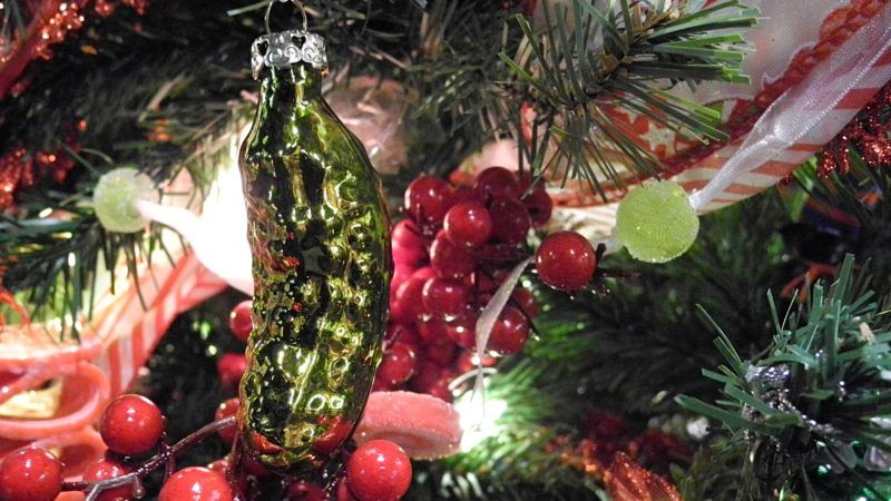 A 'Christmas Pickle' hangs on a Christmas tree in New York, SU, 23 November 2016. People in the United States of America hide the unusual Christmas ornament in the tree. If the children manage to discover it, they receive another present. Photo: Johannes Schmitt-Tegge/dpa