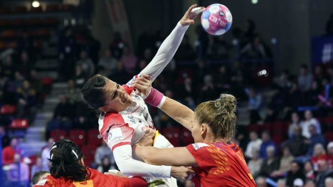 Spain's right back Almudena Rodriguez (C) shoots during the 2018 European Women's handball Championships Group 2 main round match between Spain and Romania on December 11, 2018 in Nancy. (Photo by SEBASTIEN BOZON / AFP)