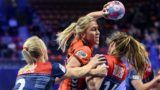 Netherlands' right back Charris Rozemalen (2nd L) vies with Norway's left wing Sanna Charlotte Solberg (C)  during the 2018 European Women's handball Championships main round match between Netherland and Norway on December 11, 2018  in Nancy. (Photo by SEBASTIEN BOZON / AFP)