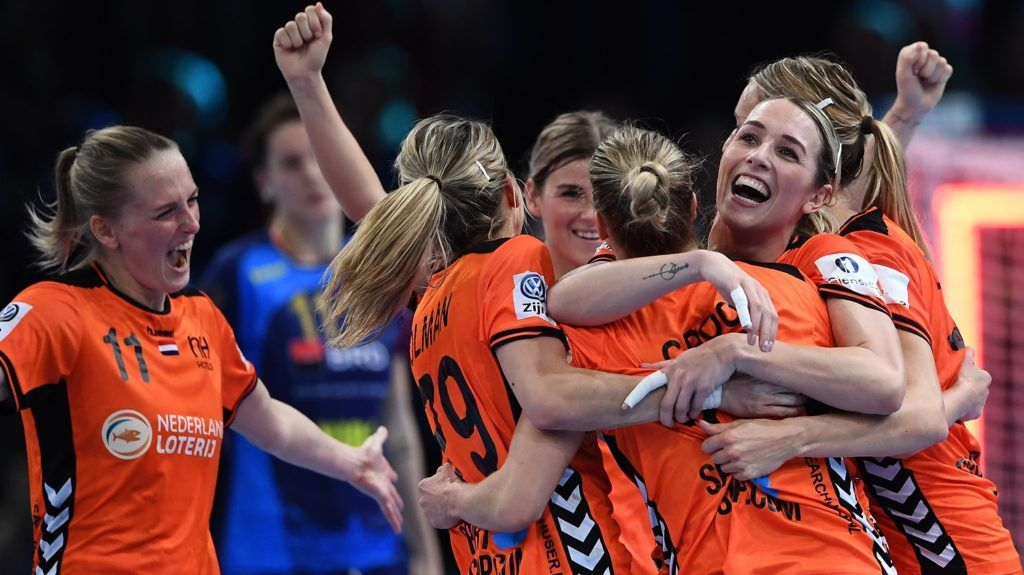 Netherlands' players celebrate their victory at the end of the EHF EURO 2018 European Women's Handball Championship 3rd Place match between Romania and The Netherlands at the AccorHotels Arena in Paris, on December 16, 2018. (Photo by Anne-Christine POUJOULAT / AFP)