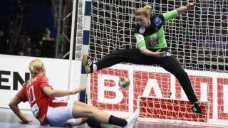 Denmark's Kathrine Heindahl throws the ball to score past +f's goalkeeper Amandine Leynaud (R) during the Women's European Handball Championship bronze medal match between Denmark and France in Gothenburg, Sweden on December 18, 2016. (Photo by Jonathan NACKSTRAND / AFP)