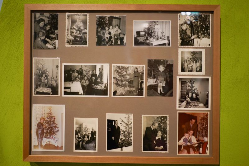 """30 November 2018, Berlin: In the exhibition """"Angels, Swastika, Dome of the Rock - Christmas tree decorations from the 19th century to the present day"""" in the German Historical Museum, family photos of Christmas can be seen. The exhibition is open until 03 March 2019. Photo: Jörg Carstensen/dpa"""