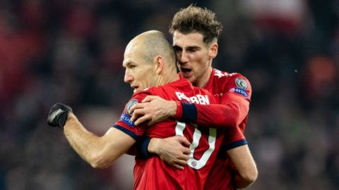 MUNICH, GERMANY - NOVEMBER 27: Arjen Robben of FC Bayern Muenchen celebrates with team mates after scoring his team's second goal during the Group E match of the UEFA Champions League between FC Bayern Muenchen and SL Benfica at Allianz Arena on November 27, 2018 in Munich, Germany. (Photo by Boris Streubel/Getty Images)