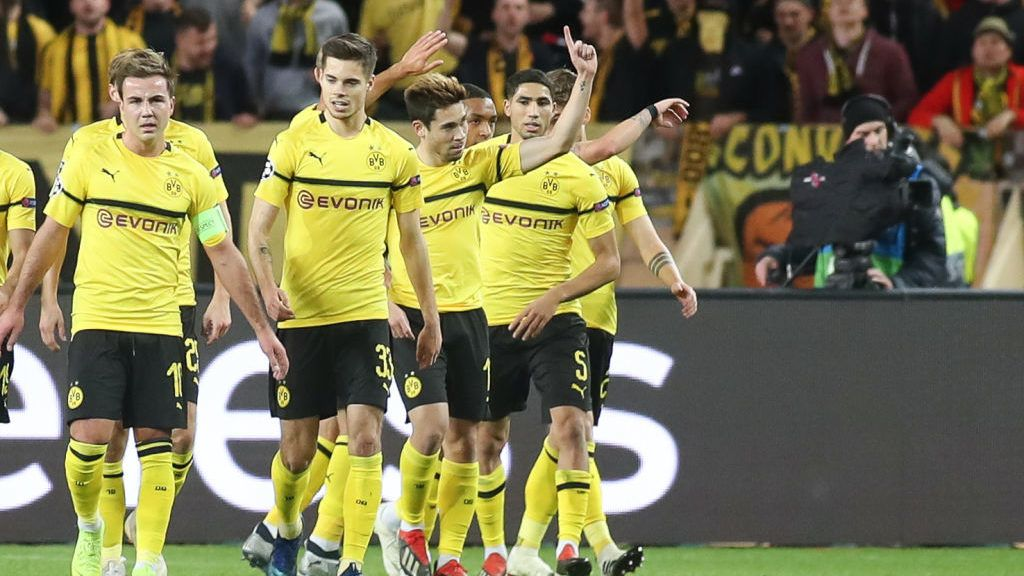 MONACO, MONACO - DECEMBER 11: Raphael Guerreiro of Borussia Dortmund celebrates his goal with team mates during the UEFA Champions League Group A match between AS Monaco and Borussia Dortmund at Stade Louis II on December 11, 2018 in Monaco, Monaco. (Photo by TF-Images/TF-Images via Getty Images)