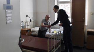 Budapest, 2018. december 13. Rétvári Bence, az Emberi Erõforrások Minisztériumának parlamenti államtitkára (j) kezet fog Kovács Béla hajléktalannal a hajléktalanszállók kihasználtságáról tartott sajtótájékoztatója után a Szabolcs utcai átmeneti szállón 2018. december 13-án. Az államtitkár közölte: több mint 1300-zal több hajléktalan ember veszi igénybe a számukra fenntartott szállásokat, mint a közterületen életvételszerû lakhatást jogellenessé nyilvánító rendelkezés két hónappal ezelõtti hatálybalépésekor. A hajléktalan emberek számára 19 ezer férõhely áll rendelkezésre, a szállók kihasználtsága országosan 83 százalékos, Budapesten 81 százalékos. MTI/Máthé Zoltán