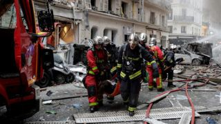 Firefighters evacuate an injured person after the explosion of a bakery on the corner of the streets Saint-Cecile and Rue de Trevise in central Paris on January 12, 2019. (Photo by Thomas SAMSON / AFP)