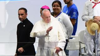 Pope Francis (C) waves at the end of the Via Crucis ceremony on the main highway running along Panama City's Pacific shoreline, on January 25, 2019. - The World Youth Day celebrations have drawn around 200,000 young people from around the world to Panama, where Pope Francis is expected to defend Central American migrants and human rights. (Photo by Luis Acosta / AFP)