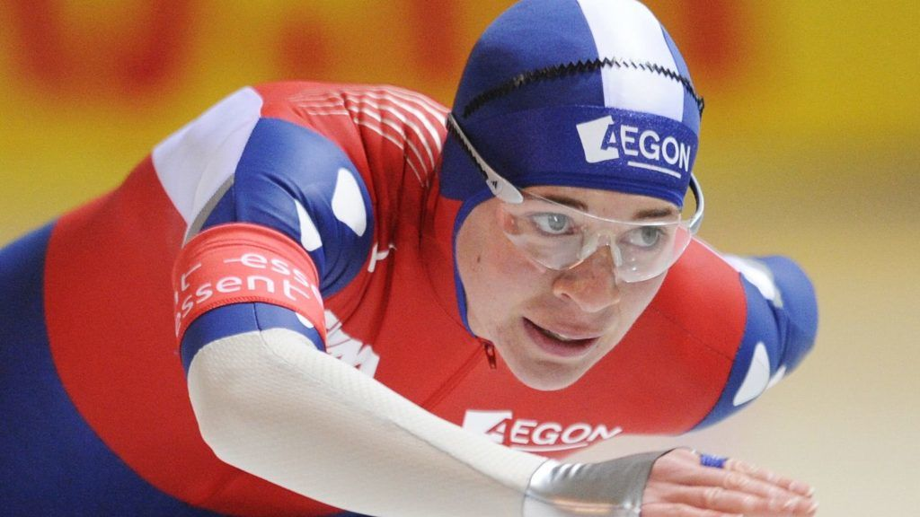 The Netherlands' Paulien van Deutekom competes in the women's 1500m event of the 1st leg of the ISU Speed Skating World Cup in Berlin on November 7, 2008. Van Deutekom placed 24th in the event.  AFP PHOTO JOHN MACDOUGALL (Photo by JOHN MACDOUGALL / AFP)