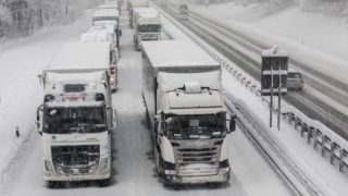 10 January 2019, Bavaria, Hochfelln: Truck in the snow on the Aautobahn 8 between Munich and Salzburg. The important transit route to Austria was blocked by traffic jams after heavy snowfalls. Photo: Bernd März/dpa