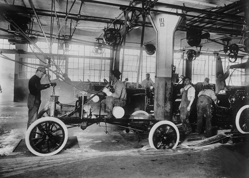Ford car factories. Assembly line of Ford T models, checking the starting. Detroit (United States), 1917.