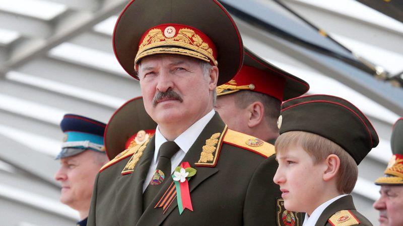 Minszk, 2015. május 9.Alekszandr Lukasenko fehérorosz elnök fiával, Nyikolajjal a győzelem napi katonai parádén Minszkben 2015. május 9-én. Európában 1945. május 9-én ért véget a második világháború. (MTI/EPA/Pool/Nyikolaj Petrov)