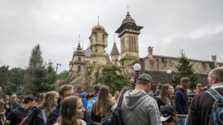 People queue for Symbolica: Palace of Fantasy during the openings weekend of the new attraction at the Efteling, a theme park in Kaatsheuvel on July 2, 2017. (Photo by Niels Wenstedt / ANP / AFP) / Netherlands OUT
