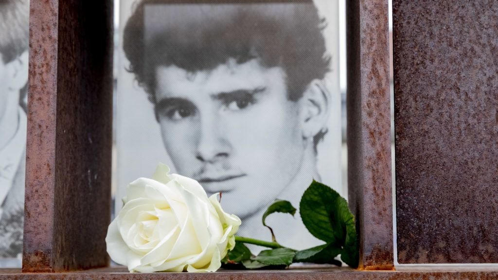 05 February 2019, Berlin: Chris Gueffroy's picture with a white rose can be seen at the window of the Memorial to the Victims of the Berlin Wall on the former death strip on Bernauer Strasse. Chris Gueffroy, who was shot 30 years ago at the Berlin Wall while attempting to escape, is the last person to die by the use of firearms. Photo: Christoph Soeder/dpa