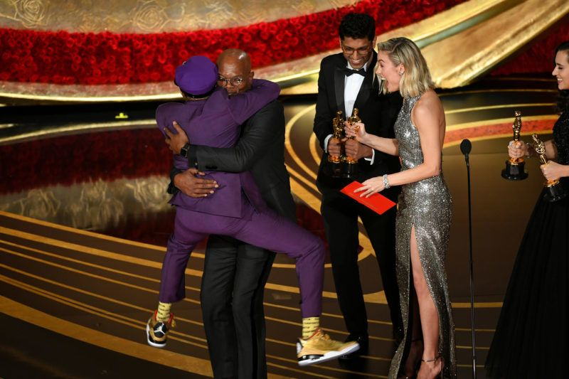 """HOLLYWOOD, CALIFORNIA - FEBRUARY 24: (L-R) Spike Lee accepts the Adapted Screenplay award for """"BlacKkKlansman"""" from Samuel L. Jackson and Brie Larson onstage during the 91st Annual Academy Awards at Dolby Theatre on February 24, 2019 in Hollywood, California. (Photo by Kevin Winter/Getty Images)"""