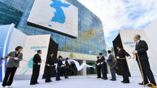South and North Korean officials attend an opening ceremony of a joint liaison office in Kaesong, North Korea, on September 14, 2018. - North and South Korea opened a joint liaison office in the Northern city of Kaesong on September 14, as they knit closer ties ahead of President Moon Jae-in's visit to Pyongyang next week. (Photo by - / KOREA POOL / AFP) / South Korea OUT