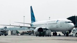 This picture taken on May 15, 2018 shows a Garuda Indonesia Boeing 737 Max 8 at Jakarta International airport in Jakarta. - Indonesia's national carrier Garuda will call off a multi-billion-dollar order for 49 Boeing 737 Max 8 jets after two fatal crashes involving the plane, the company said, in what is thought to be the first formal cancellation for the model. (Photo by IHWAN IDAMIN HARAHAP / AFP)