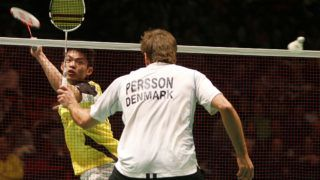 Lin Dan of China (L) returns a shot  in his men's quarter final match against Joachim Persson (R) of Denmark during the Badminton All England Open Championships at The National Indoor Arena in Birmingham on March 6, 2009. AFP PHOTO / IAN KINGTON (Photo by IAN KINGTON / AFP)