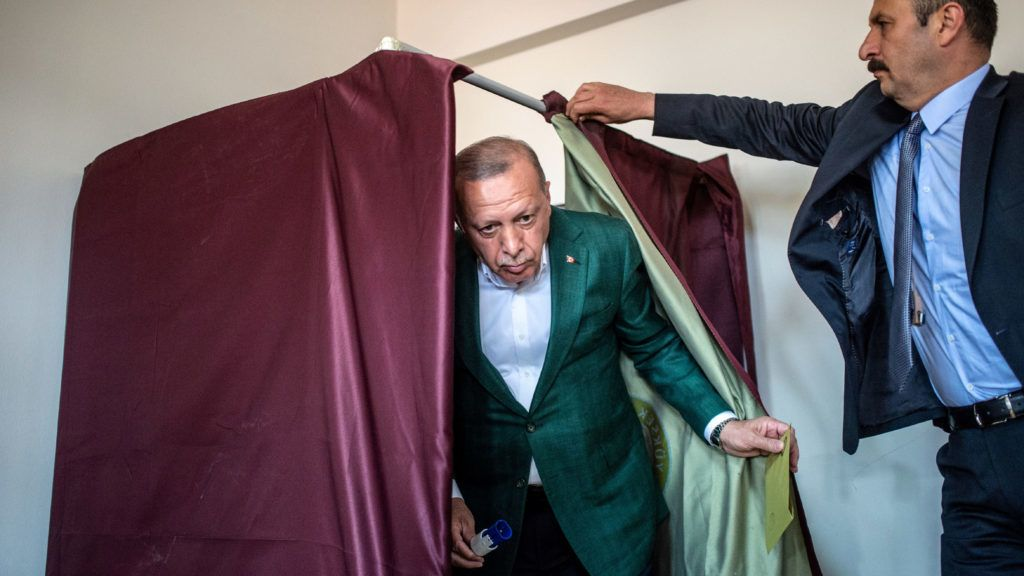 Turkish President Tayyip Erdogan (C) exits a polling booth prior to cast his ballot at a polling station during the municipal elections in Istanbul, on March 31, 2019. - Turkey voted in local elections  in a test for President Recep Tayyip Erdogan, with his ruling party risking defeat in the capital as an economic slowdown takes hold. (Photo by BULENT KILIC / AFP)