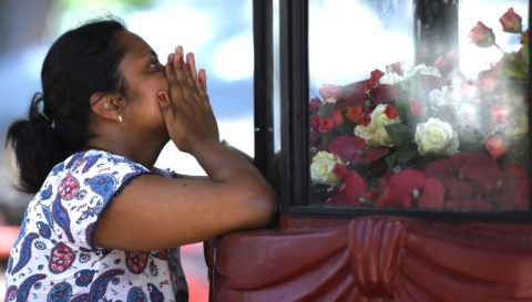 A woman prays at St. Sebastian's Church in Negombo on April 22, 2019, a day after the building was hit as part of a series of bomb blasts targeting churches and luxury hotels in Sri Lanka. - The death toll from bomb blasts that ripped through churches and luxury hotels in Sri Lanka rose dramatically April 22 to 290 -- including dozens of foreigners -- as police announced new arrests over the country's worst attacks for more than a decade. (Photo by Jewel SAMAD / AFP)
