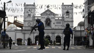 Security personnel stand guard in front of St. Anthony's Shrine in Colombo on April 23, 2019, two days after a series of bomb blasts targeting churches and luxury hotels in Sri Lanka. - Sri Lanka began a day of national mourning on April 23 with three minutes of silence to honour more than 300 people killed in suicide bomb blasts that have been blamed on a local Islamist group. (Photo by Jewel SAMAD / AFP)